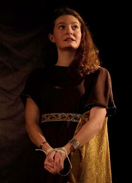 Antigone enchainée 2 small